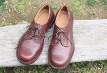 焦げ茶色の靴
